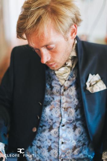 CLEOFE FINATI è vicino a Samuel Koch, ex stuntman e dandy tedesco che ha vestito nel giorno del suo matrimonio e che ha vinto la sua grande scommessa con il destino.
