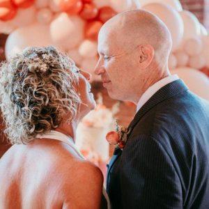 Affetto da Alzheimer, dimentica di essere sposato e chiede di nuovo la mano alla moglie