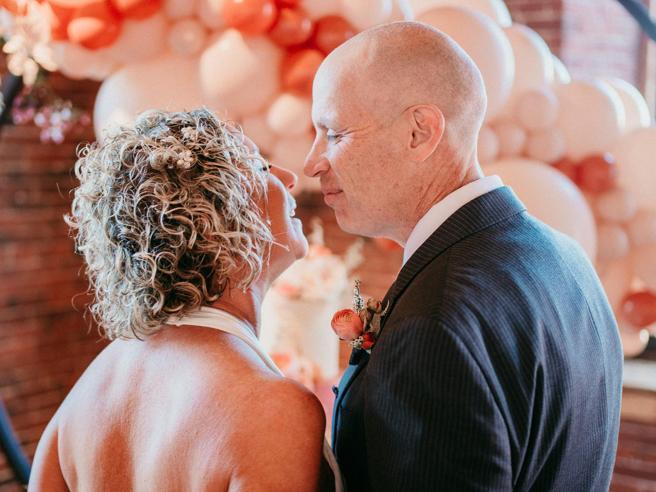 Affetto da Alzheimer, dimentica di essere sposato e chiede di nuovo la mano alla moglie: lei dice «sì»